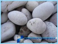 Aita kiveä käsillään